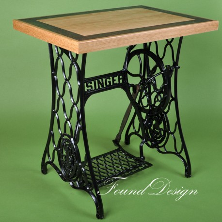 Столик из дуба и ореха на станине Singer